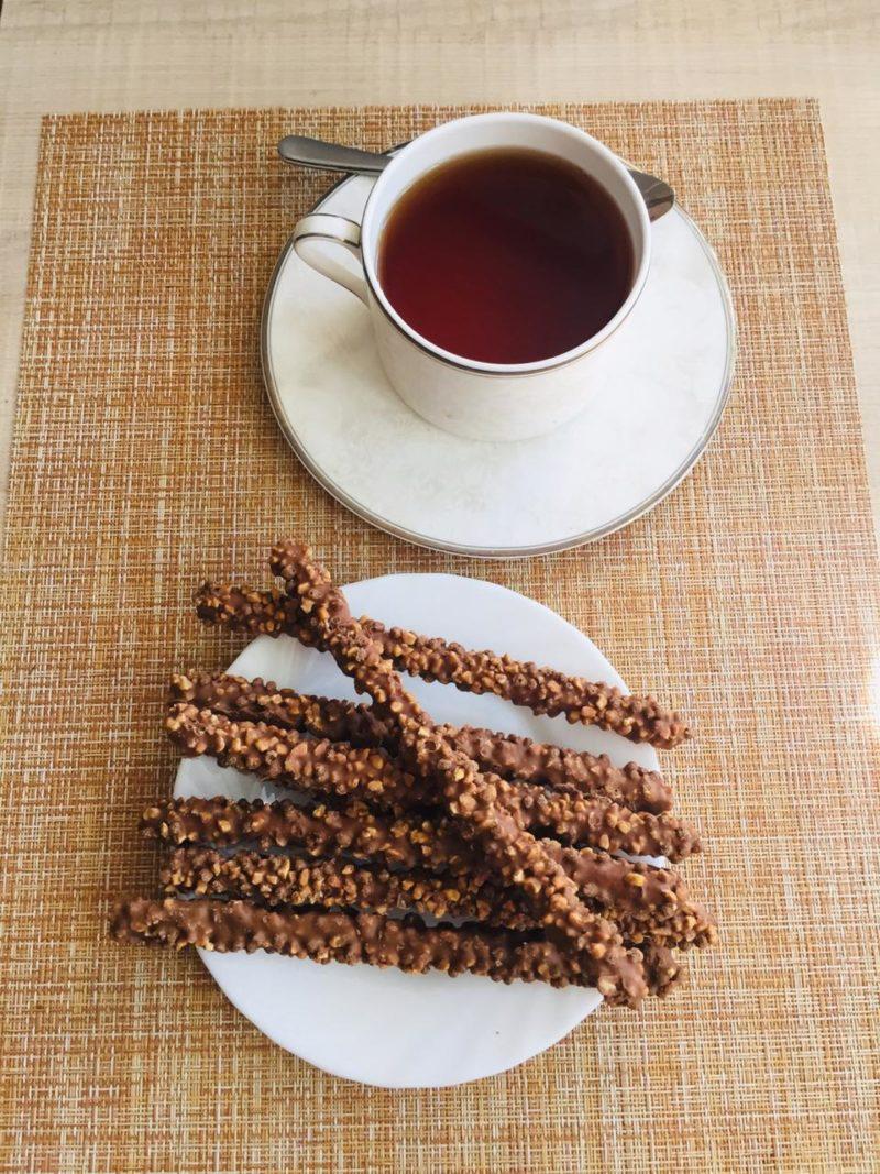hrustyashhaya slivochnaya solomka oblachennaya v aromatnuyu karamelnuyu glazur i posypannaya melkodroblennym arahisom